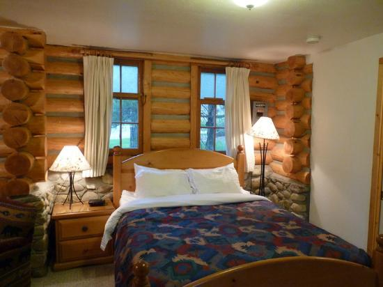Patricia Lake Bungalows Resort: Nice double bed!