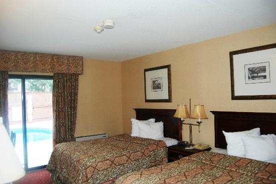 Super 8 Chatham: Room facing to pool