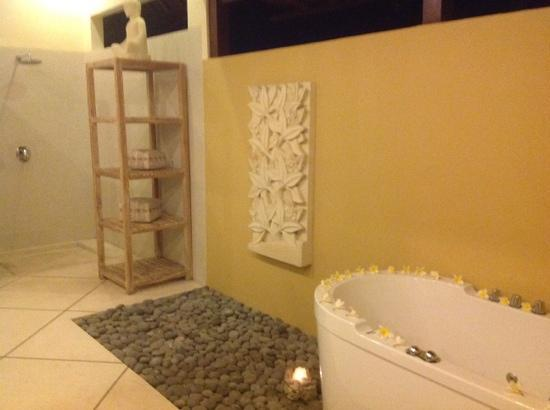 Villa Bugis: main bedroom ensuite with spa