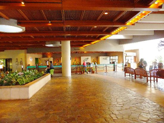 Hale Koa Hotel: Open air lobby of the Hale Koa