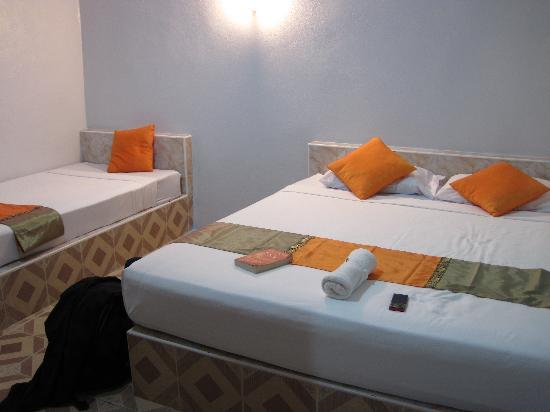 Lime n Soda Beach Front Resort: Tiled beds in Coco hut