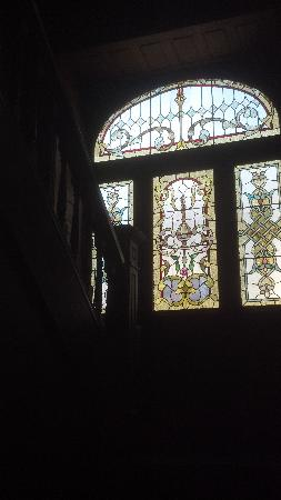 Market Street Inn: stained glass window on the beautiful stairway
