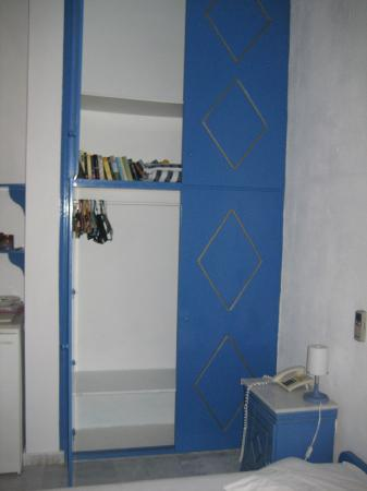 Scirocco Apartments: Closet with German and English read material