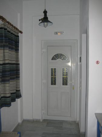 Scirocco Apartments: Entrance, bathroom door to the right
