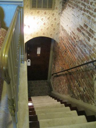 Penn's View Hotel: Stairs leading to room