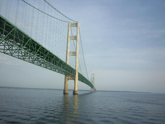 Mackinaw Beach and Bay - Inn & Suites: Views of Mackinaw Bridge