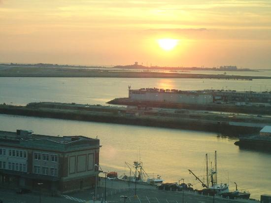 Seaport Boston Hotel: View of the sun setting over the water from our room