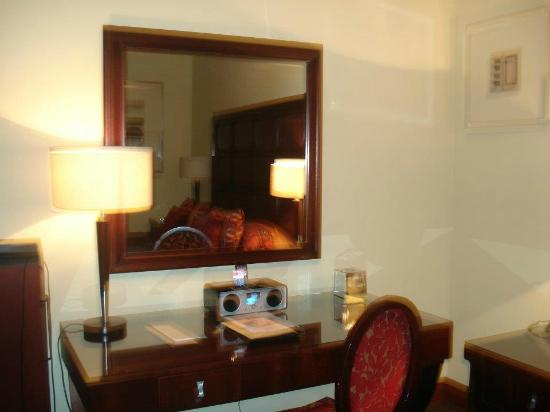 Glenbervie House Hotel: Large Mirror with ipod dock