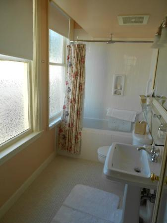Ashland Springs Hotel : The bathroom with large tub (and rain-shower).