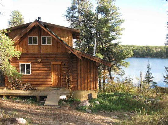 Falcon Trails Resort: Backside of cabin facing onto the lake.