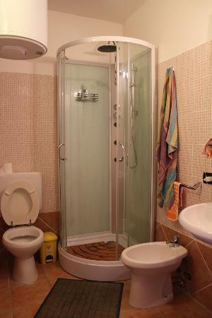 B&B Alghero Republic: Shower