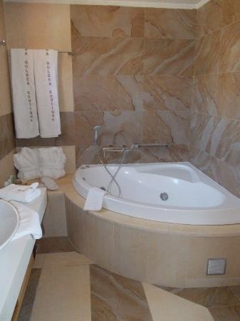 Alexandra Golden Boutique Hotel: quality bathroom and jacuzzi bath