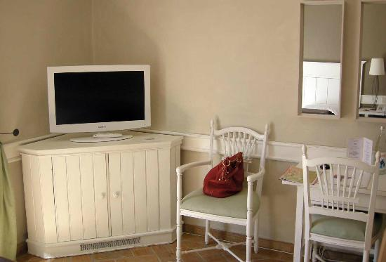 M'AR De AR Muralhas: TV and chairs - tiny desk on the right