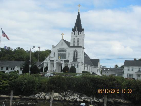 Brown&#39;s Wharf Inn: Beautiful little Catholic church near Browns Wharf Inn. We had view of steeple from our room.