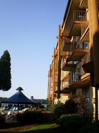 Red Lion Hotel on the River - Jantzen Beach: This is a view of the outside of the hotel showing the balconies and pool area