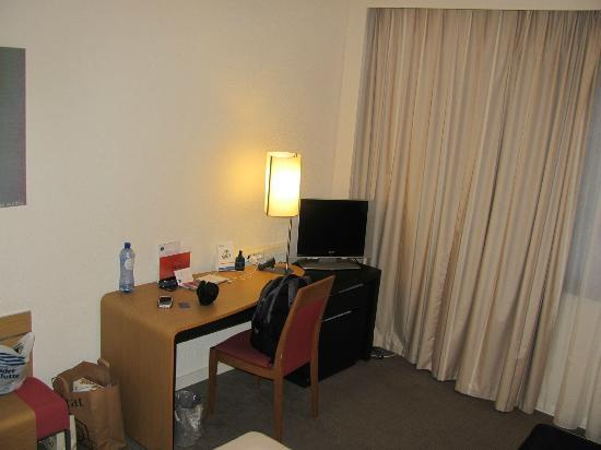 Novotel Brussels Grand Place: Room 325 - Desk and TV