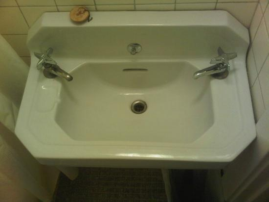 Albert Street Inn: Bathroom sink screaming to be updated, deposits on taps.