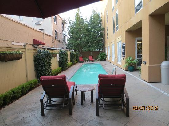Hampton Inn Garden District - St. Charles Avenue: courtyard area pool