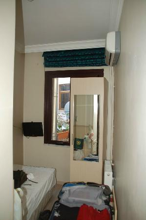 Hotel Promise: 3.6 square meters - no light, cabinet in front of window, only bedside lamp