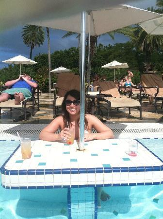 Sandals Grande Antigua Resort & Spa: Great tables in pool- read/drink while getting sun but staying cool