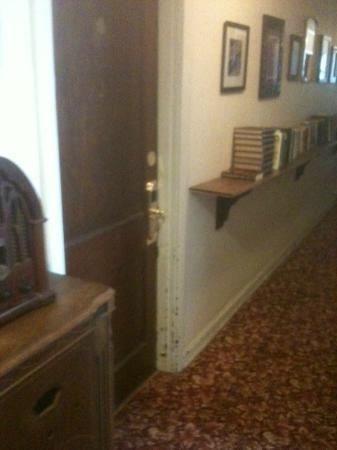 Americas Best Inn St Petersburg: Dark narrow hall, chipped paint, musty books