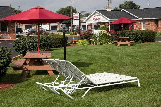 Weathervane Motor Inn: Garden Area / Picnic Area