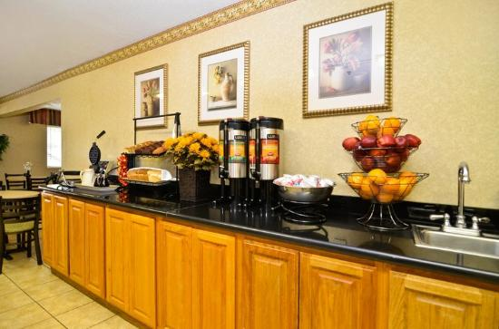 BEST WESTERN PLUS Inn & Suites at Discovery Kingdom: Breakfast Includes Fresh Waffles, Muffins & More