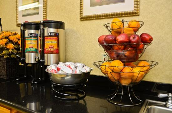 BEST WESTERN PLUS Inn & Suites at Discovery Kingdom: Our Complimentary Breakfast Offers Fruit and More