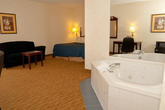 BEST WESTERN Plus Mt. Orab Inn: Guest room with king bed and whirlpool