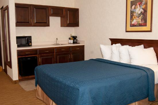 BEST WESTERN Plus Mt. Orab Inn: Suite with two queen beds.