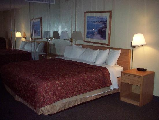 Superior Bayfront Inn: nice bed