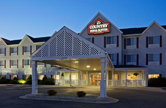 Country Inn &amp; Suites By Carlson, Watertown: CountryInn&amp;Suites Watertown ExteriorNight