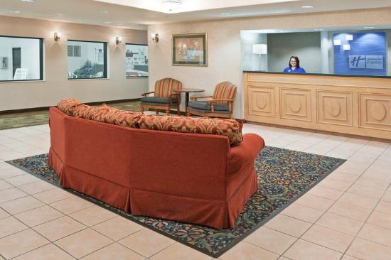 Holiday Inn Express Alliance: Hotel Lobby
