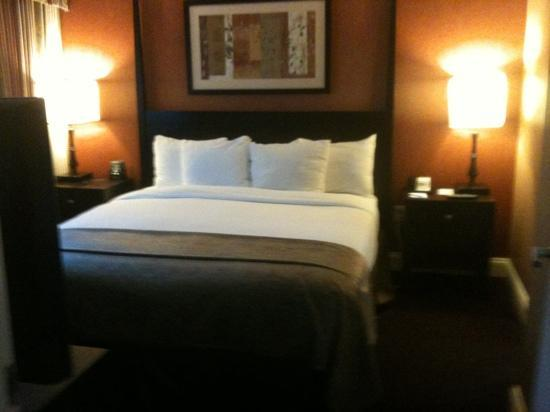 Hilton Brentwood/Nashville Suites: Awww love the bed!!