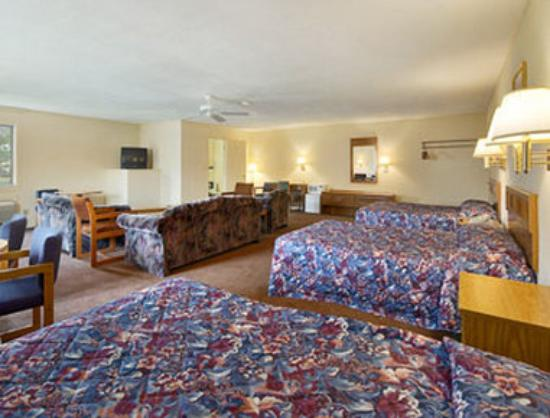 Super 8 Motel Centerville Richmond: 2 Bed Room Suite