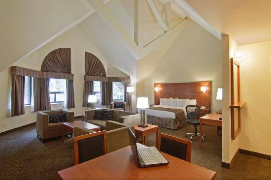 BEST WESTERN PLUS Royal Brock Hotel & Conference Centre: King Suite
