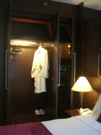 Sukhumvit Park, Bangkok - Marriott Executive Apartments: Robes mmmm nice