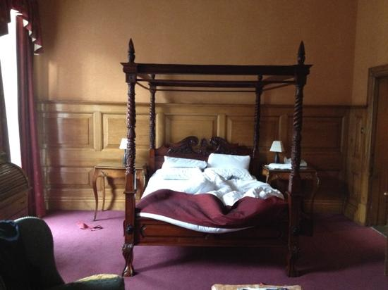 Russell Court Hotel: letto stanza 112