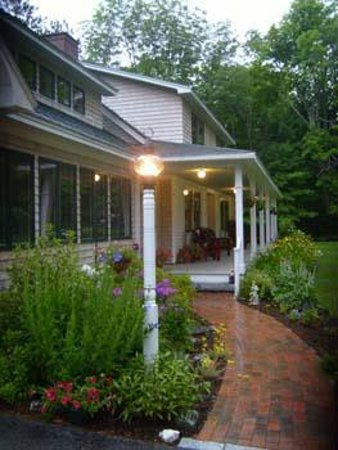Bethel Hill Bed and Breakfast: Entry Walkway