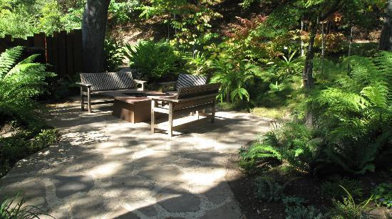 Glen Oaks Big Sur: Common area fire pit
