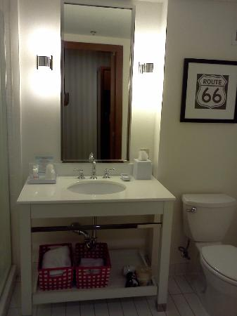Four Points by Sheraton Ontario-Rancho Cucamonga: Bathroom View #1
