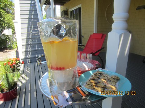 Cranford Inn: Treats on the deck