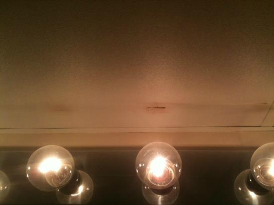 Grand Hotel & Spa: Bathroom ceiling is BURNT from lights...Fire hazard??