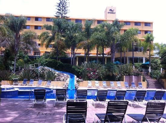 Hotel Spa Ixtapan: Large pool area and hotel