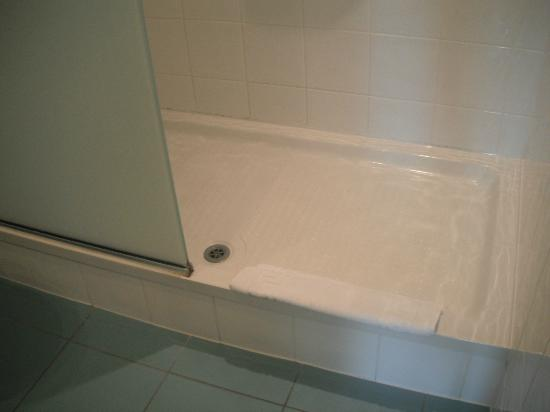 Ramada Hotel and Suites London Docklands: Shower