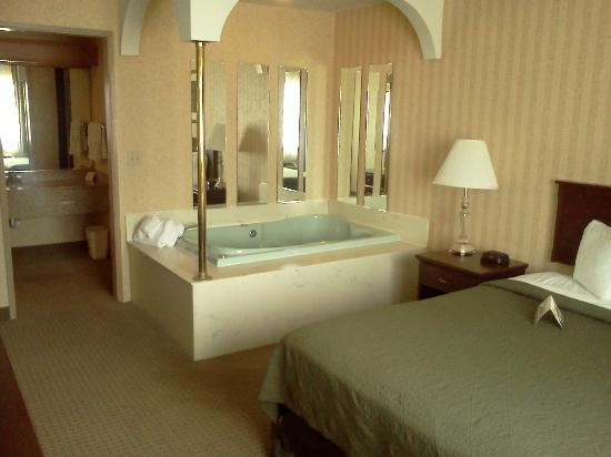 Quality Inn Valley Suites: bedroom jacuzzi