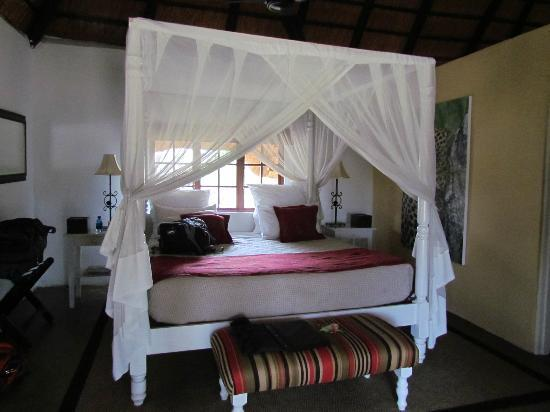 Kambaku Safari Lodge: Shingwedzi Chalet Bedroom