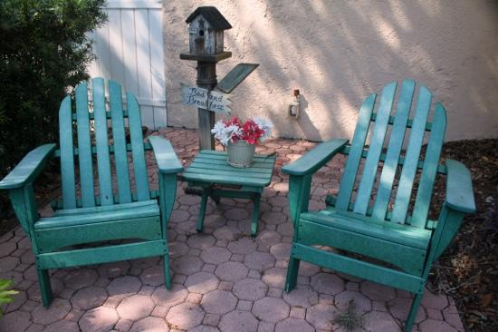 Casa de Suenos Bed and Breakfast: Little seating area outside