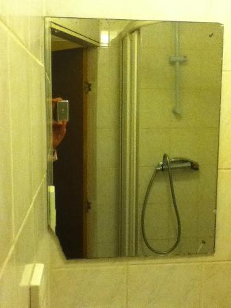Springfield Hotel London: Cracked wall mirror and bathroom-who's the fairest of them all?