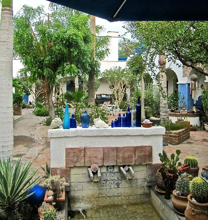 El Angel Azul B&B Inn: The central courtyard